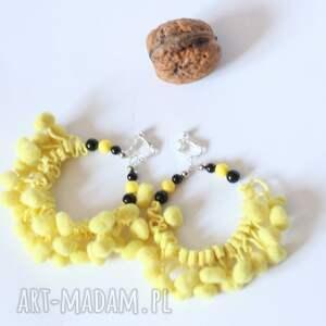żółte klipsy koła z pomponami