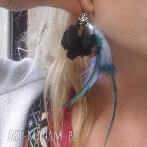 intrygujące klipsy etno pióra pompony