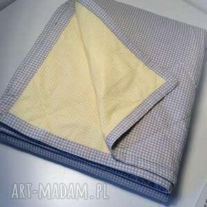 białe koce i narzuty kratka narzuta na łóżko szaro