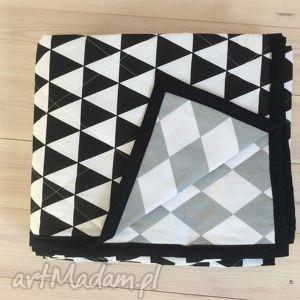czarne koce i narzuty trójkąty narzuta na łóżko szaro-czarno-biała