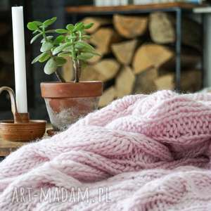 narzuta wełniany różowy koc