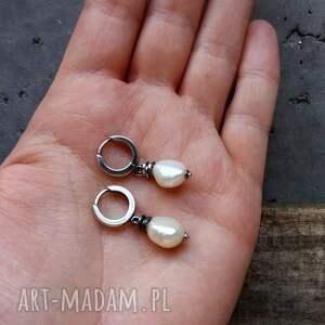 delikatne kolczyki z perłami