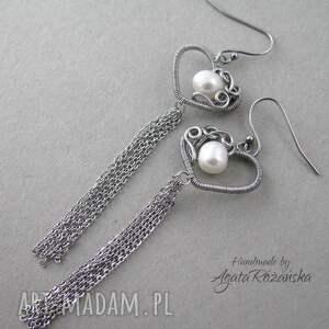 modne kolczyki długie serca z perłami