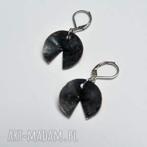 czarne kolczyki emaliowane