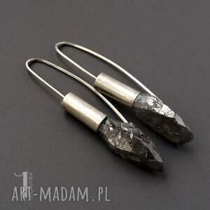 czarne długie flare srebrne kolczyki z kwarcem