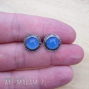 ciekawe srebrne kolczyki okrągłe niebieskości