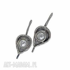 perły drobne, klasyczne kolczyki z naturalnymi