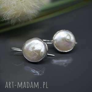 białe kolczyki perła słonowodna -