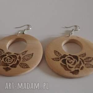 beżowe kolczyki róża róże w sepii - drewniane