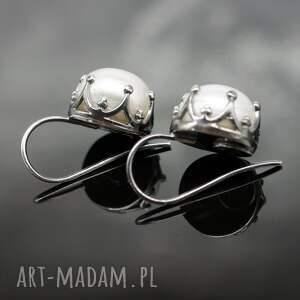 modne kolczyki srebrne z perłami