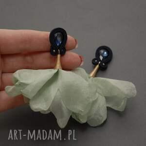 atrakcyjne sznirek kolczyki sutasz z kwiatkiem