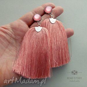 różowe sztyfty kolczyki z chwostami w cielistym