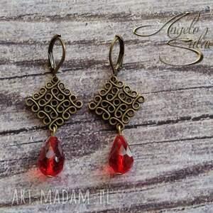 złote kolczyki z czerwonymi kryształkami