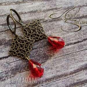 niepowtarzalne kolczyki z czerwonymi kryształkami
