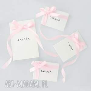 różowe kolczyki chwosty z rozetą i różowymi