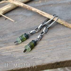 intrygujące srebro kolczyki z zielonym szkłem