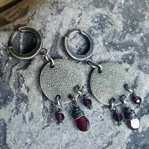 kolczyki srebro-oksydowane ze srebra i granatów