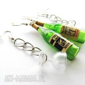zielone kolczyki zestaw wino z kieliszkiem