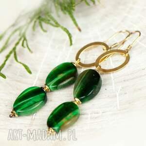 z zielonym kamieniem złociste kolczyki z bawolim okiem