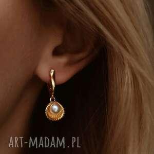 nietuzinkowe kolczyki złote z muszelkami i perłą