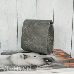 szare kopertówka wykonana z wysokiej jakości skóry