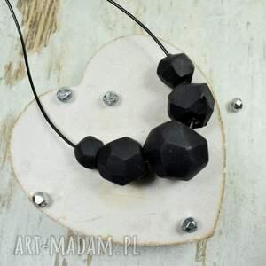 korale geometryczne, czarne