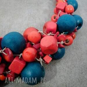 gustowne korale koral kobieta w czerwieni