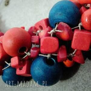 len korale kobieta w czerwieni