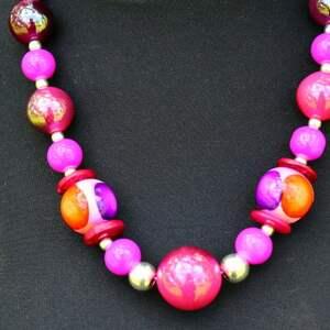ręcznie wykonane korale w odcieniach różu i fioletu