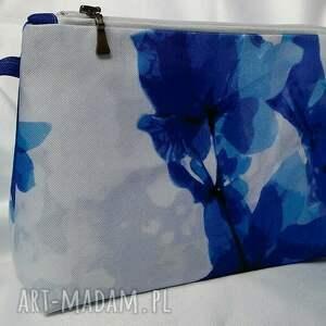 nieprzemakalna kosmetyczka w niebieskie kwiaty