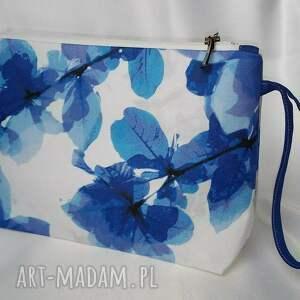 niebieskie kosmetyczki kosmetyczka w kwiaty