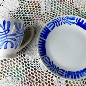 niebieskie kubki filiżanka i talerzyk deserowy