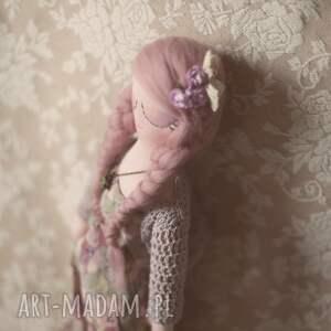 frapujące lalki lalka bajka w sweterku - melancholia