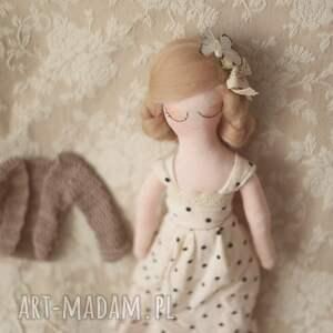 niebanalne lalki lalka bajka w sweterku z torebką