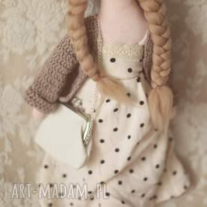 białe lalki bajka w sweterku z torebką