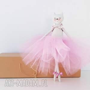 wyraziste lalki kot baletnica