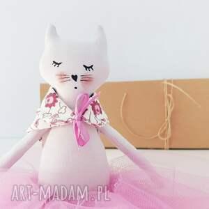 białe lalki kotek kot baletnica