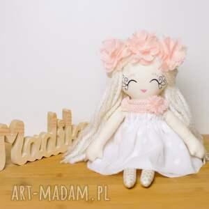 białe lalki lalka przedstawiam lalkę milenkę, wesołą laleczkę