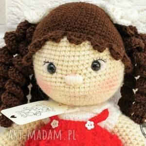 białe lalki lala lalka na szydełku w czerwonej