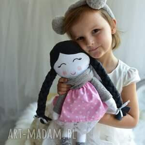atrakcyjne lalki lalka w warkoczach z szalikiem
