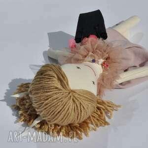 prezent lalki lisa w pudrowej sukience