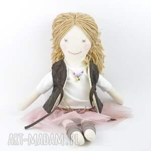 modne lalki lalka lisa w pudrowym - uśmiechnięta