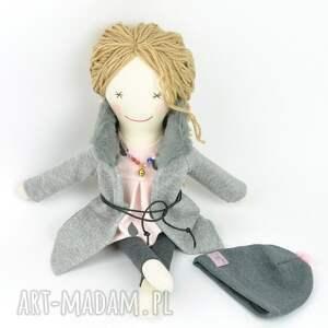 lalka lalki różowe lisa w szarym płaszczyku