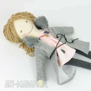 szare lalki szmaciane lisa w szarym płaszczyku