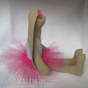 szare lalki balerina siedząca baletnica