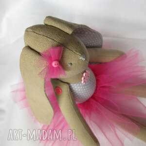 eleganckie lalki zając siedząca baletnica