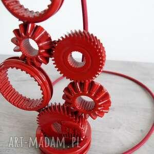atrakcyjne designerska lampa stworzona z elementów skrzyni biegów