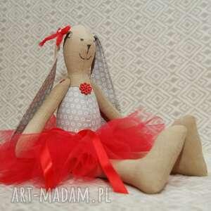 baletnica maskotki czerwone w czerwonej spódnicy