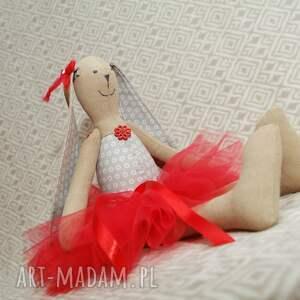 roczek maskotki baletnica w czerwonej spódnicy
