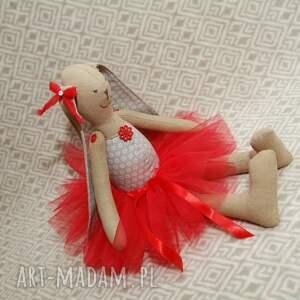 szare maskotki tutu baletnica w czerwonej spódnicy